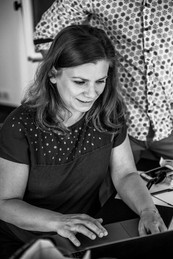 Portrait d'aurélie Garbay-Douziech au Régina, devant un ordinateur, par Marie-B. Seillant