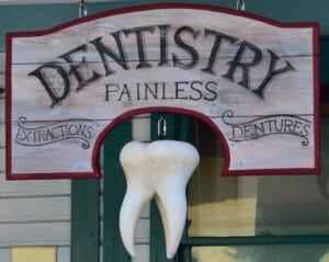 Photo d'un panneau decabinet de dentiste avec une dent pour illustrer un article sur un partenariat avec une influenceuse